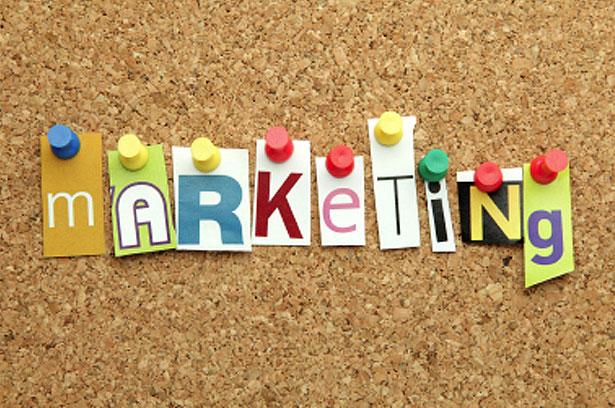 С течением времени уровень маркетинговых коммуникаций изменяется качественно и количественно. Выделив существующие базовые типы маркетинга сегодня, можно определить, что будет наиболее перспективным для вашего бизнеса завтра.   Маркетинг не один, теперь их много. Выбирать есть из чего. Даже специалисты начинают путаться и уже ни в чем не уверены. Десятки книжек, статей и бизнес-гуру наперебой предлагают маркетинги на любой вкус. Но какой подойдет именно вам и как его развивать? Чтобы понять это, нужна общая картина. Например, коммуникационный спектр.  Что и кому сообщает ваш маркетинг?  Для нас общая картина — это коммуникационный спектр маркетинга (рис. 1). Матрица из девяти клеток, на которой по вертикальной оси разложено содержание маркетинговых коммуникаций, а по горизонтальной — их пункт назначения, получатель. Стрелки отмечают направление развития. Определите, где находитесь вы (или нужно находиться) и куда двигаться дальше. Как видите, все упирается в коммуникации.   Все верно. Хороший маркетинг — это хорошо организованные коммуникации, общение между людьми: руководством и сотрудниками, сотрудниками и потребителями, потребителями и другими потребителями. Фокус в том, что и кому сообщает ваш маркетинг. (Почему все больше озабочены вопросом как?) Любая коммуникация имеет (1) определенное содержание, тему и (2) пункт назначения или адресата. В маркетинге и темы, и пункты назначения бывают трех разных уровней.   Первая ось спектра — содержание маркетинговых коммуникаций. Для простоты считайте, что эта ось описывает тему, содержание маркетинговых сообщений, которые мы направляем потребителям.      На низшем уровне темой коммуникаций служат отдельные качества продукта, элементы обслуживания, например, его низкая цена.      На среднем уровне потребителю сообщается не список достоинств продукта, а предлагается привлекательная легенда, концепция потребления. Пример — ковбой Мальборо, который показывал потребителям не частные достоинства сигарет, а повествовал романтич
